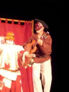 """Bernard Lamailloux accompagnant sur scène la Compagnie Théâtrale Tiramisu, dans """"La Malédiction de St Marc""""."""